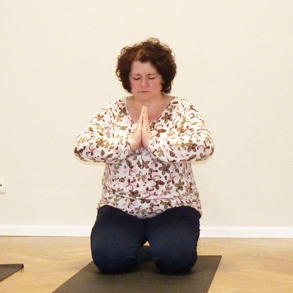 Frau in Meditation im Raum für Mich in Oranienburg